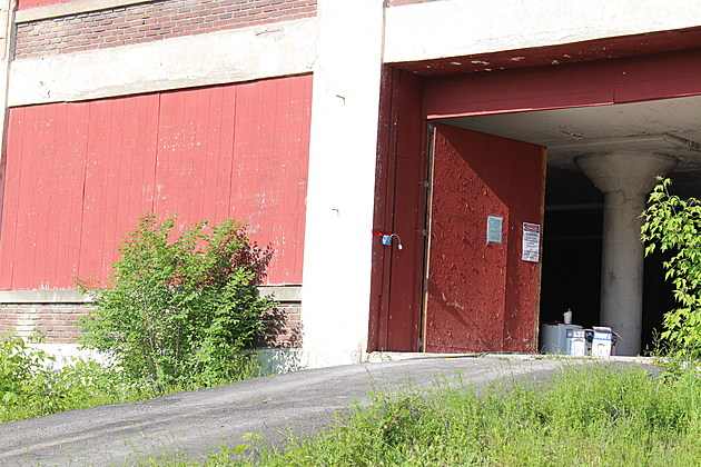 Asbestos is being removed from an old EJ building on Corliss Avenue. (Photo: Bob Joseph/WNBF News)